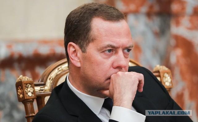 Медведев назвал недопустимым эгоизм нефтяников в отношении цен на бензин