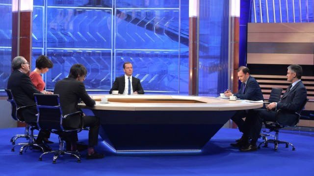 «Show must not go on»: Дмитрий Медведев объясняет экономику России на поговорках