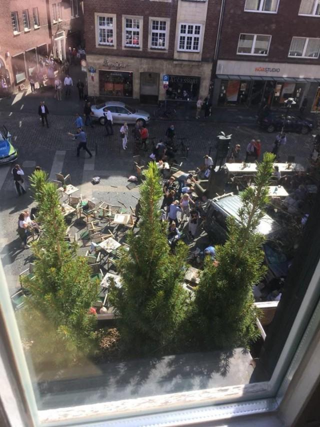 Грузовик въехал в группу людей в Мюнстере, 3 человека погибли, 30 ранены