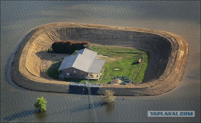 Самодельные дамбы во время наводнения
