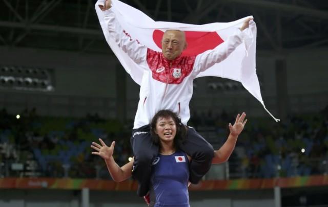 Олимпийская чемпионка Рио-2016 отметила победу, покатав тренера на плечах и свалив его приёмом с ног