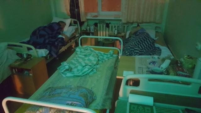 «Спасибо нашим депутатам». В больнице пациента с заболеванием сердца положили в коридоре на стулья