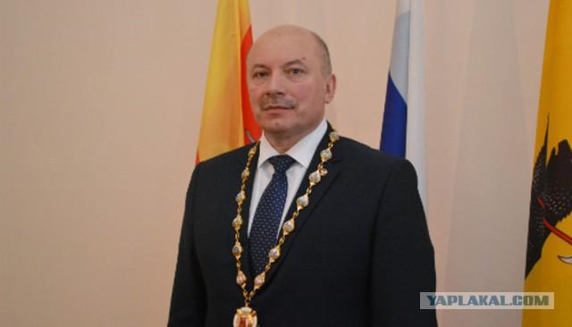 Провинциальный город в Ярославской области продолжает жить под управлением извращенца!