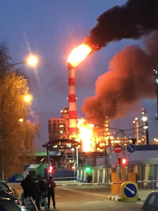 В Капотне загорелся нефтеперерабатывающий завод