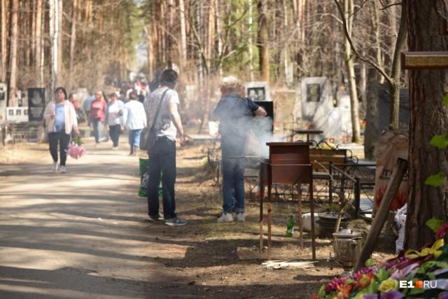 Пикник на кладбище: у цыганских могил шашлык и столы ломятся