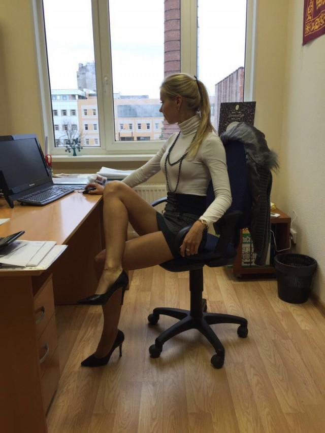 Девушки в офисе обязаны ходить голые конечно
