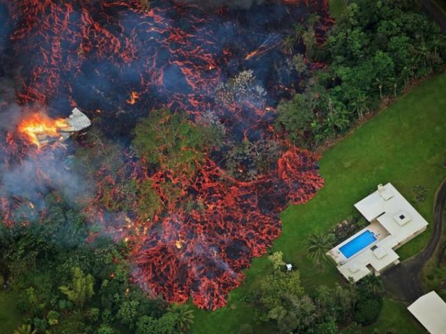 На Гавайях несколько дней извергается вулкан Килауэа. Потоки лавы добрались до домов и уничтожили десятки построек