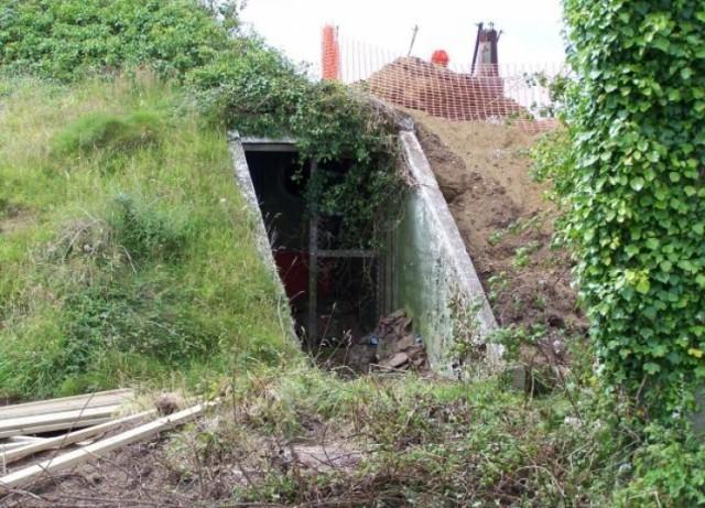 Девушка нашла заброшенный бункер