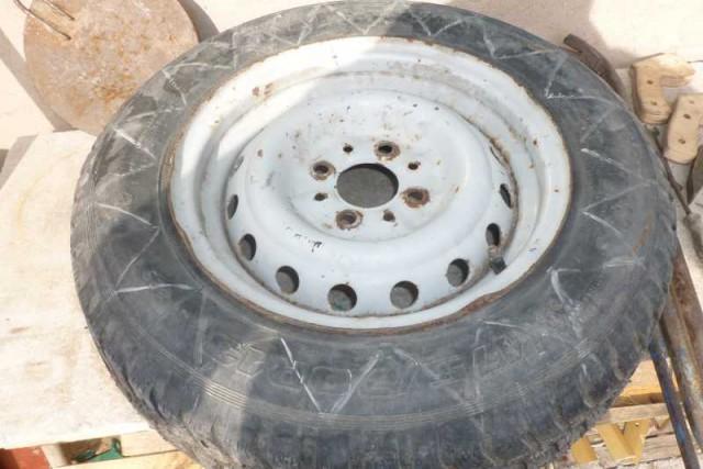 Выворачиваем шину с диском для клумбы