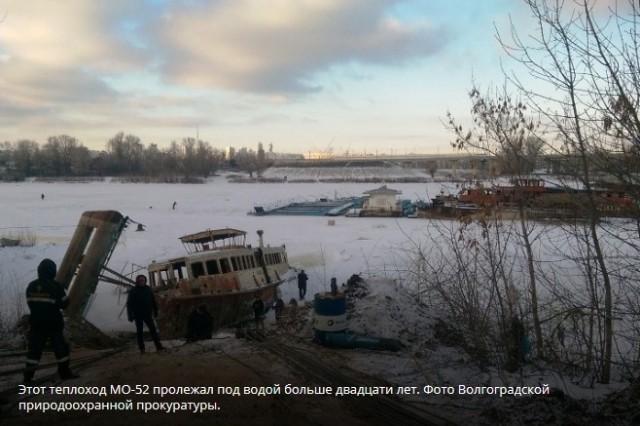 У Волгограда со дна Волги подняли пассажирский теплоход