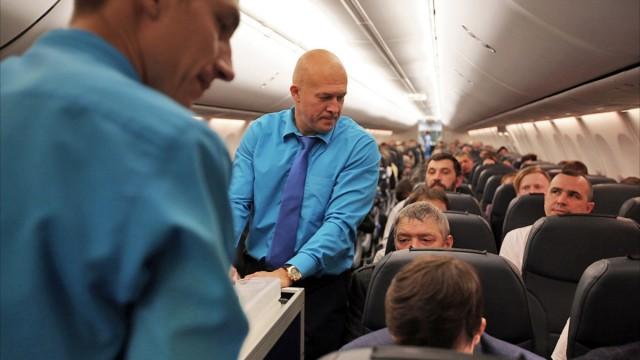 Глава «Победы» поработал бортпроводником на рейсе до Саратова