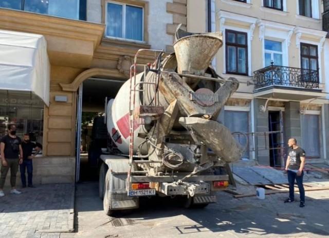 Одесса:  Жители дома на Греческой залили бетоном бизнес одесского депутата