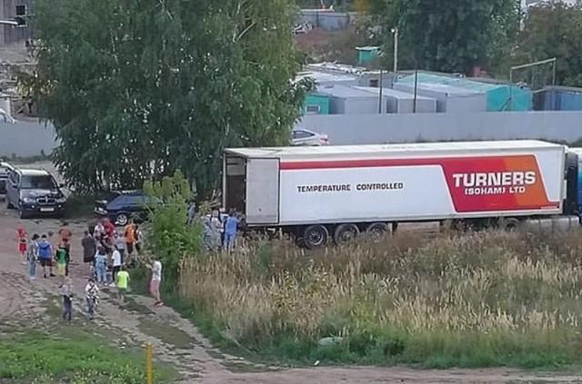Это шутка была... В Казани жильцы микрорайона за два часа разобрали фуру арбузов, которую оставили проветриваться