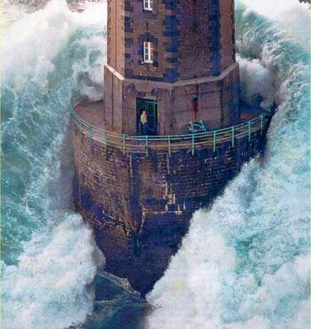 Что случилось со смотрителем маяка, которого накрыла огромная волна в 1989-м: история знаменитого фото