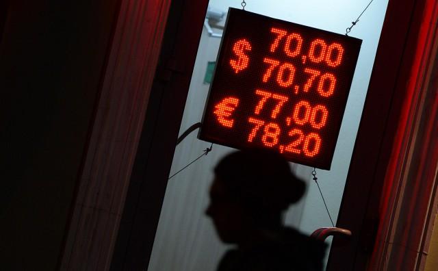 На Московской бирже стоимость евро менее чем за час выросла на 3 рубля. Курс доллара впервые с 2016 года пробил отметку в 63 руб