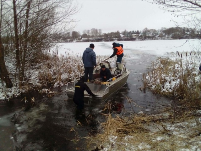 Сотрудник МЧС погиб, спасая рыбаков, провалившихся под лед
