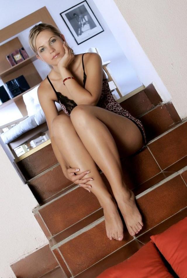 Милая девушка на лестнице; 18+