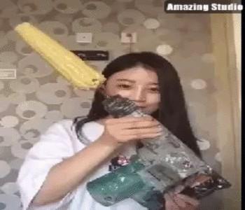 девушка и дрель с кукурузой