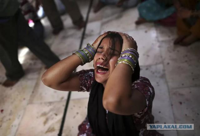 В Пакистане старейшины наказали групповым изнасилованием девушку, вышедшую замуж по любви