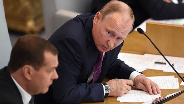 ВЦИОМ отметил снижение рейтингов одобрения работы Путина и Медведева