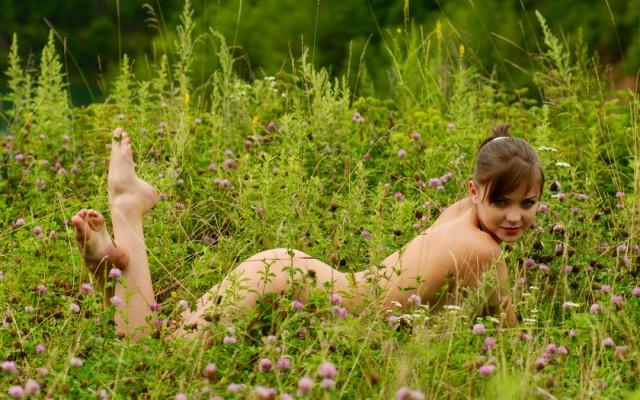 голые женщины на траве на фото