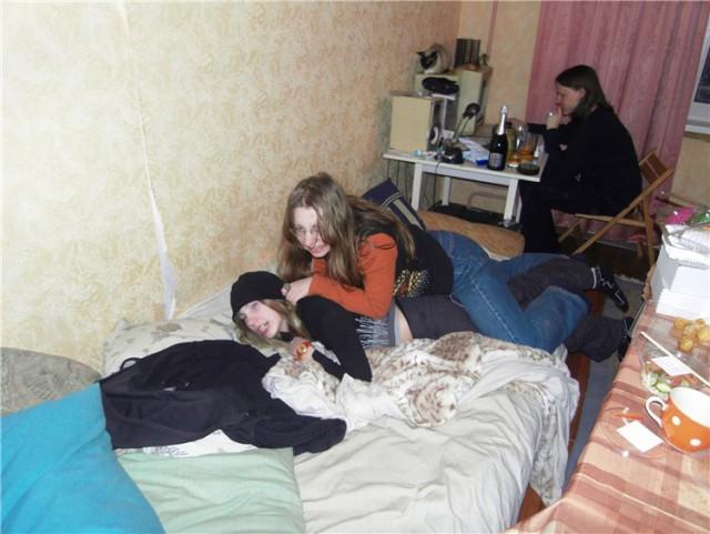 Красивую девку ебут в пизду посреди кровати