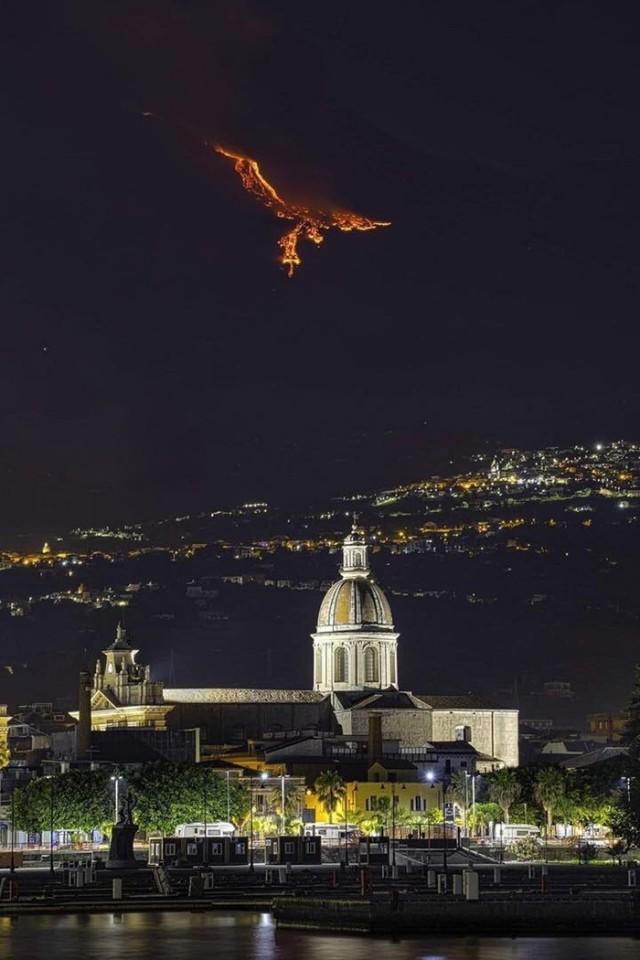 Лaвa вулкана Этнa создает феникса над Cицилией