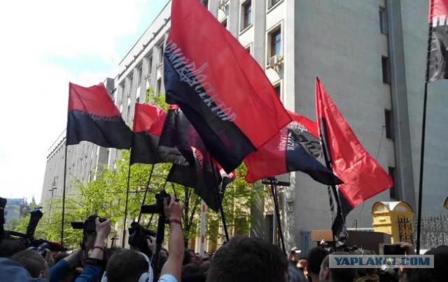 """""""Правый сектор"""" угрожает поджечь здание АПУ"""
