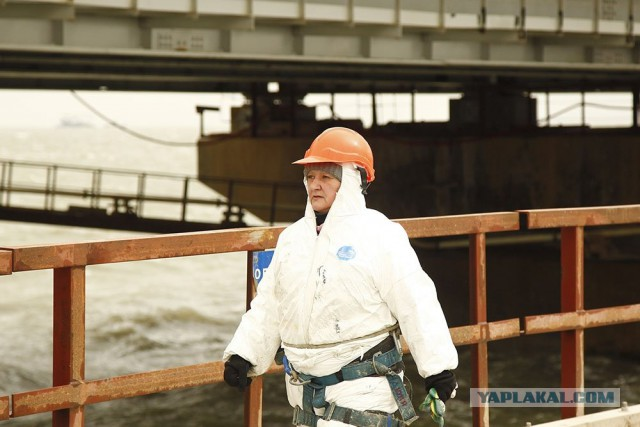 Как работают строители Крымского моста в условиях штормового ветра