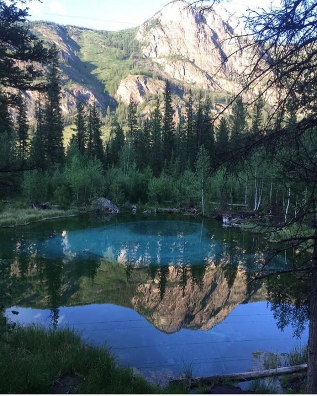 Красивое гейзерное озеро в Горном Алтае