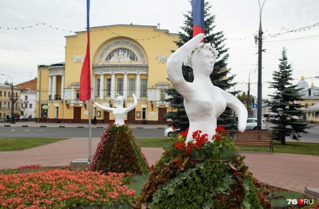 В центре Ярославля установили скульптуры танцующим девушкам, посвященные году театра в России