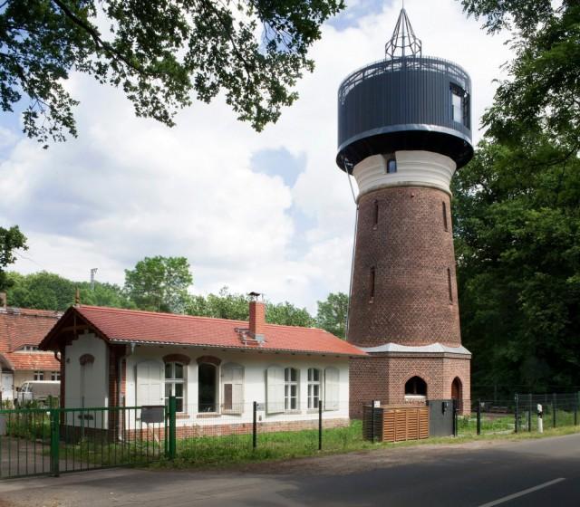 Семейная пара архитекторов превратила старую водонапорную башню в довольно уютное жилище