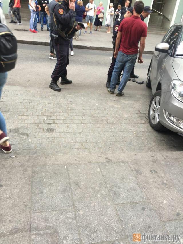 В центре Петербурга хозяин кабриолета «Порше» обиделся и выстрелил в таксиста