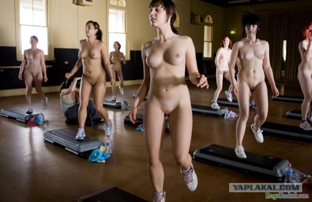 Девушка голая занимается фитнесом видео