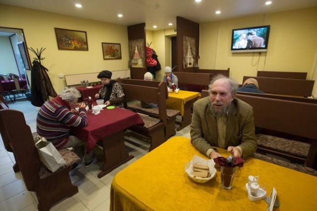 Чиновники закрыли кафе, где бесплатно кормили пенсионеров. Причиной стали внезапно нарисованные на фасаде граффити