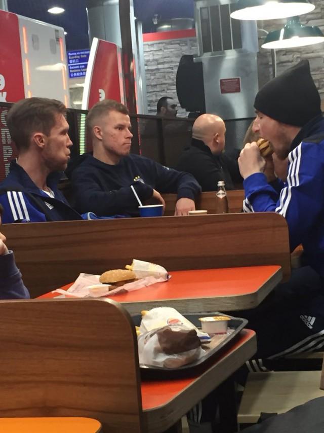Ничего необычного, просто игроки белорусского футбольного клуба БАТЭ празднуют победу над Арсеналом в бургерной