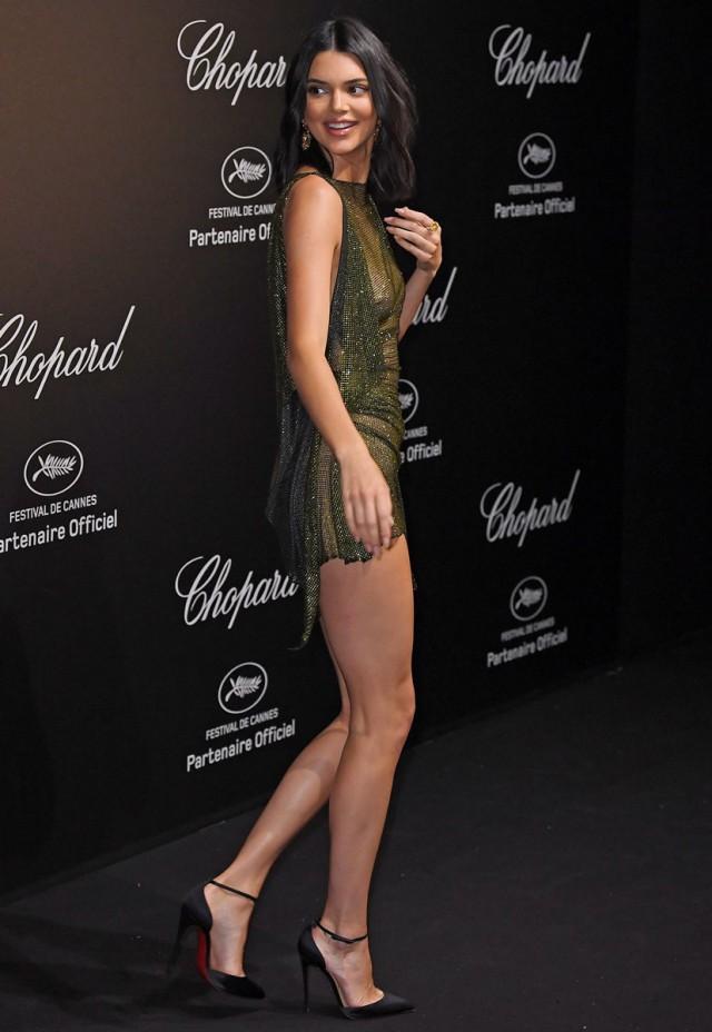 Сестра Ким Кардашьян появилась на Каннском фестивале в платье-сетке без белья