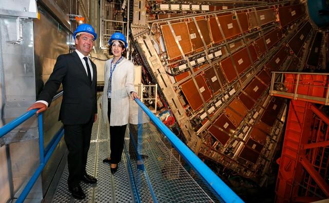 Дмитрий Медведев забрался внутрь Большого адронного коллайдера. Не испортил бы дорогую вещь...