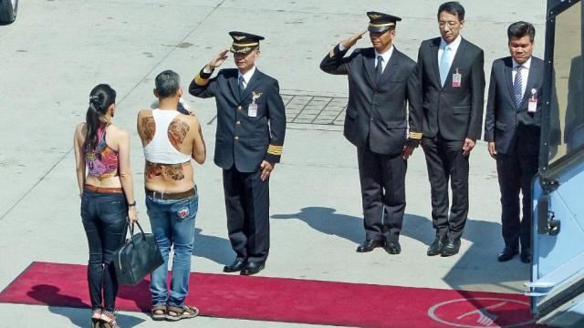 Принц Таиланда прибыл в Мюнхен с белым пуделем, в сандалиях и топике.
