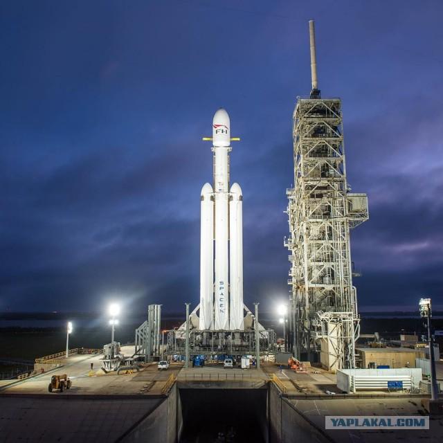 Илон Маск поделился кадрами с Falcon Heavy на стартовой площадке