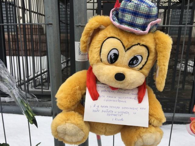 Из-за трагедии в Кемерово скорбят не только в России. Люди несут цветы и игрушки к посольству России в Киеве