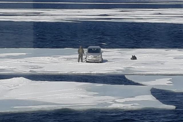 Рыбак с легковым автомобилем оказался на отколовшейся льдине в Хабаровском крае