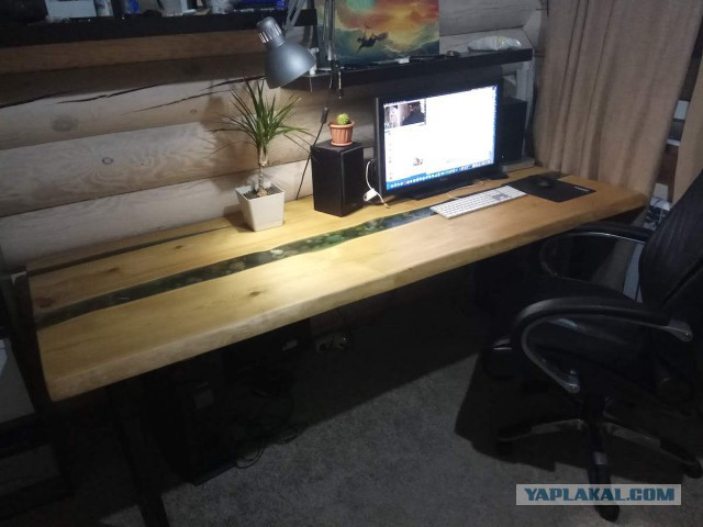 Композитный стол из лиственницы и эпоксидной смолы