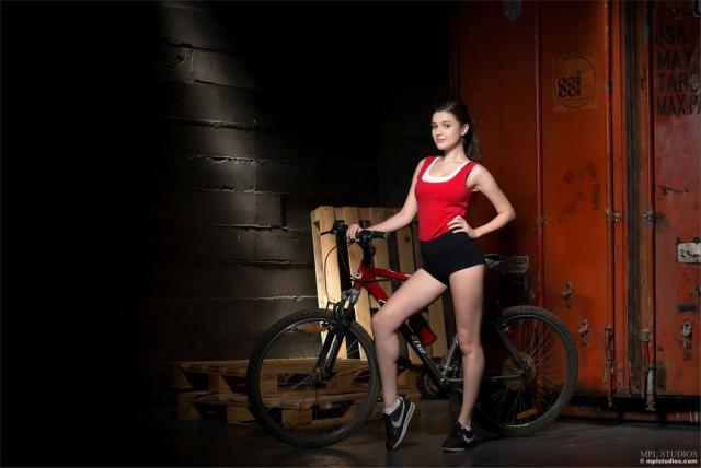 Велосипедистка Амелия  18+