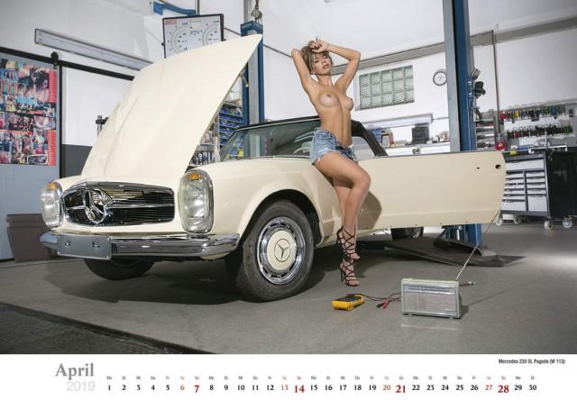 Обнаженные девушки чинят классические автомобили в календаре Schrauberträume 2019