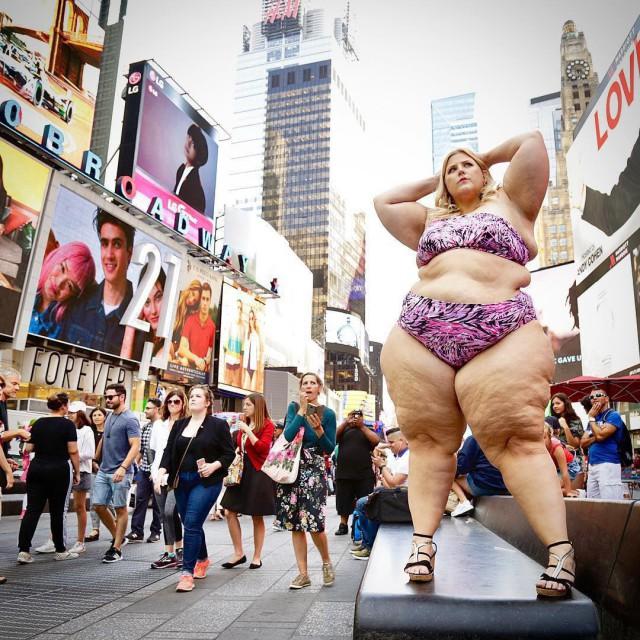 150-килограммовая модель вышла на улицу в бикини и стала жертвой домогательств