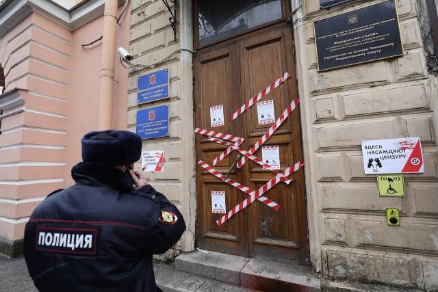 Офис Роскомнадзора в Петербурге «заблокировали» оградительной лентой и файером
