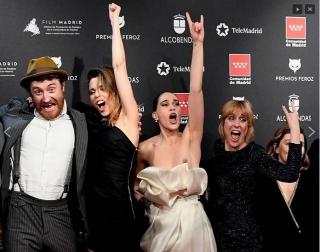 Актриса так радостно прыгала на премии, что с неё слетело платье, обнажив грудь прямо перед камерами