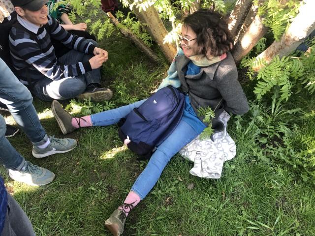 В Екатеринбурге активистка пристегнула себя к дереву в знак протеста против строительства храма. Через час ее задержали