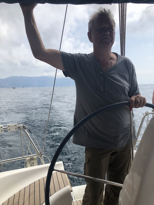 На парусно-моторной яхте вдоль ЮБК
